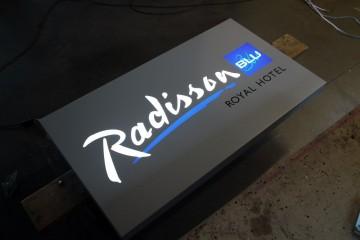 Valguskastid profiil L1 - Radisson Blu hotell sisselõigatud logoga valguskast 1