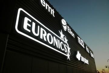 Valgustähed profiil 6 - Lasnamäe Centrumi fassaadil olevad ettevalgustuvad logod ja tähed 6