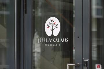 Kleebisreklaamid - Jesse & Kalaus logokleebis uksele
