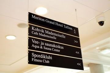 Reklaamsildid - Meriton Hotelli rippsildid mustast Plexiklaasist koos kleebistekstidega 14