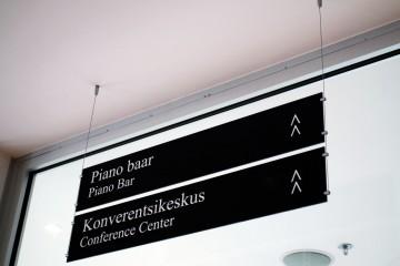 Reklaamsildid - Meriton Hotelli rippsildid mustast Plexiklaasist koos kleebistekstidega 15