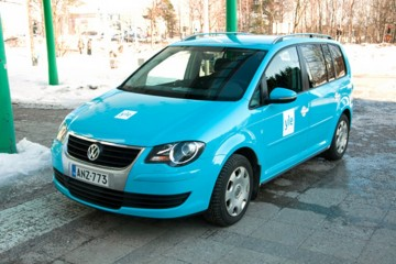 Sõidukite ülekiletamine - Soome YLE konserni autode ülekleepimine firma värvidesse 2